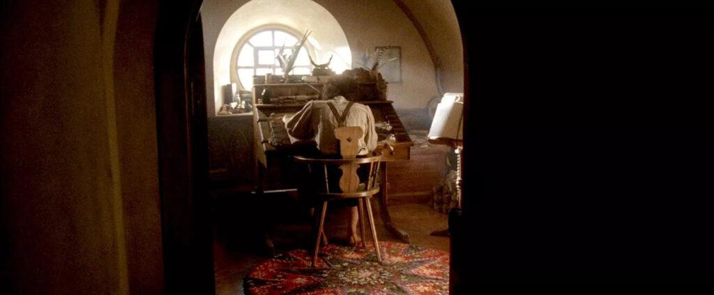 فرودو در حال نوشتن کتاب وقایع ارباب حلقهها در فیلم